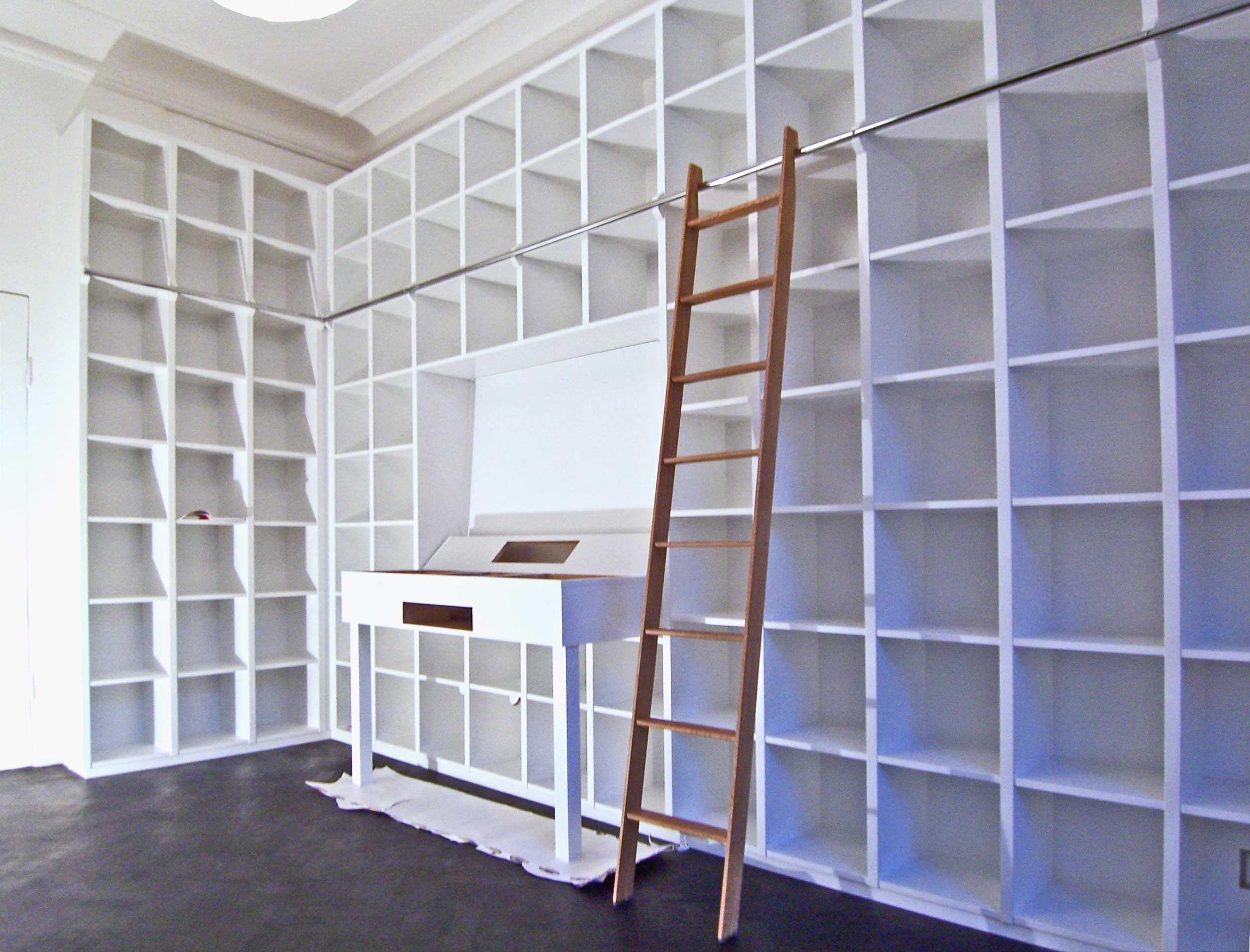 Platsbyggd bokhylla fr vinylskivsamlingen  bcker och DJ anlggning